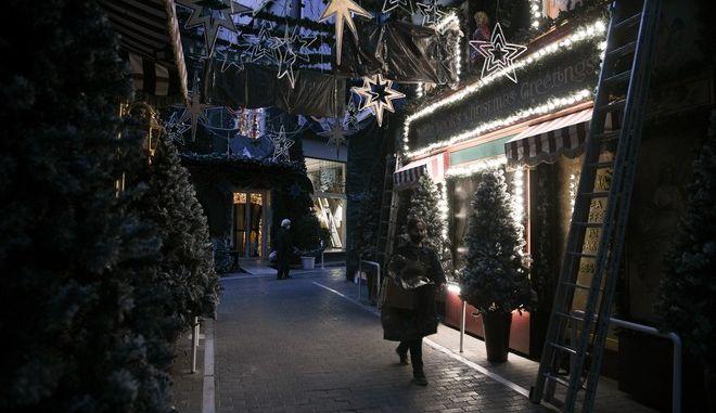 Χριστουγεννιάτικη ατμόσφαιρα στην άδεια λόγω καραντίνας Αθήνα