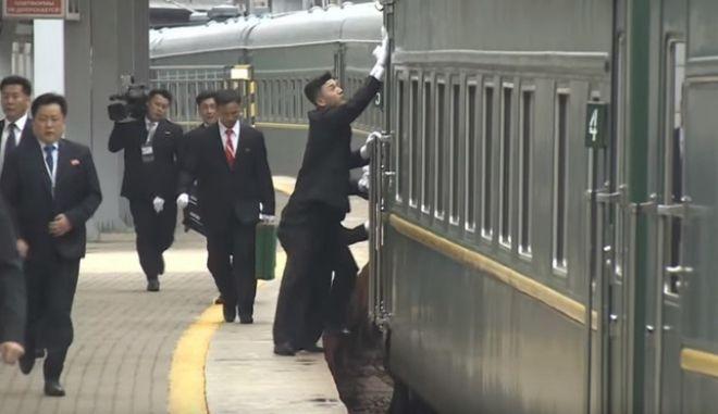 Οι σωματοφύλακες του Κιμ Γιονγκ Ουν καθαρίζουν το τρένο του ενώ φτάνει στο Βλαδιβοστόκ