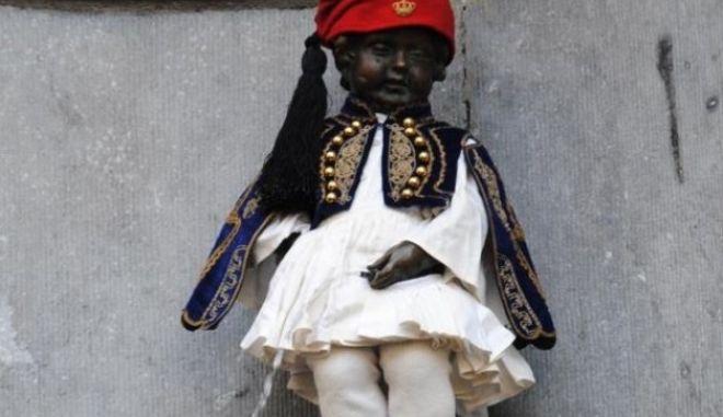 Έντυσαν τσολιά το σύμβολο των Βρυξελλών