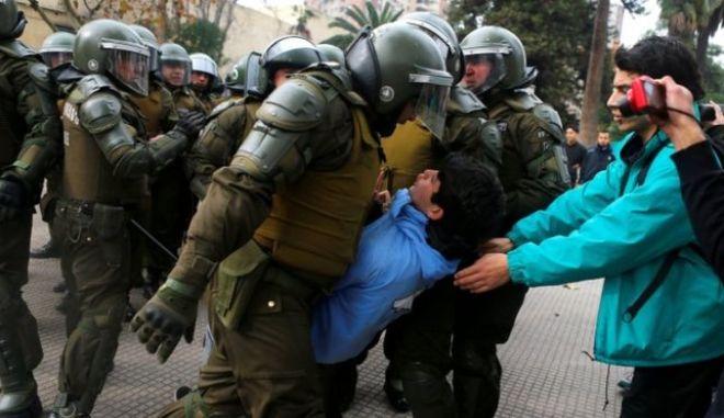Χιλή: Βίαια επεισόδια μεταξύ φοιτητών και αστυνομίας κατά τη διάρκεια διαδηλώσεων