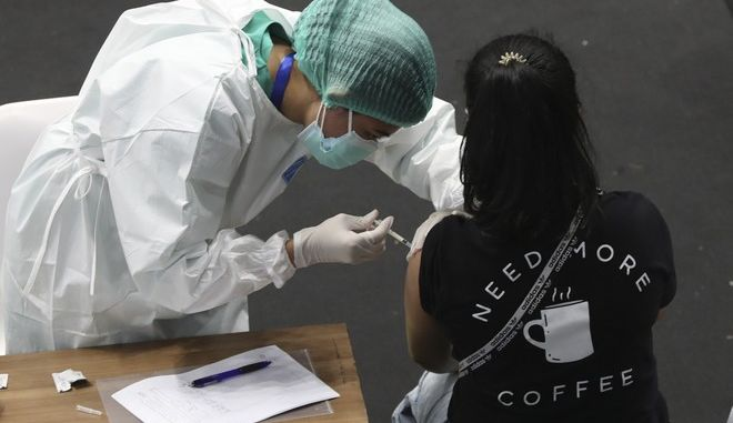 Γυναίκα εμβολιάζεται στην Ινδονησία