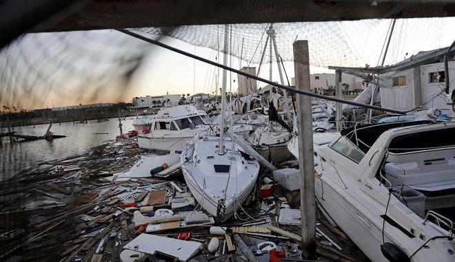 Κατεστραμμένες βάρκες σε Μαρίνα στη Φλόριντα, μετά το πέρασμα του κυκλώνα Μάικλ