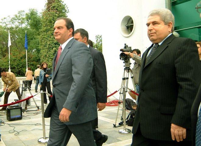 Ο Δημητρής Χριστόφιας ως πρόεδρος της Κυπριακής Βουλής το 2004 υποδέχεται τον τότε πρωθυπουργό της Ελλάδος, Κώστα Καραμανλή