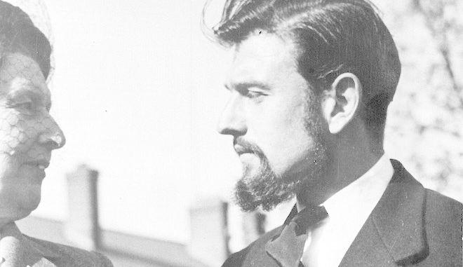 Ο Τζορτζ Μπλέικ κατά την επιστροφή του στο Λονδίνο το 1953 μετά την απόσπασή του στη Β. Κορέα. Ο Μπλέικ, Βρετανός διπλωμάτης που γεννήθηκε στην Ολλανδία, έγινε κομμουνιστής κατά τη διάρκεια τριών ετών σε αιχμαλωσία στη Β. Κορέα.