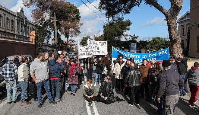 Διαμαρτυρία κατοίκων της Λέσβου κυρίως της Μόριας, έξω από την Γενική Γραμματεία Αιγαίου που εδρεύει στη Μυτιλήνη