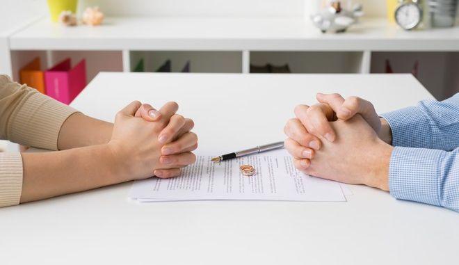 Ζευγάρι που παίρνει διαζύγιο