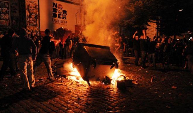 Randalierer werfen am Samstag (20.08.2011) Abfall in ein Feuer auf einer Straße im Schanzenviertel in Hamburg während der Ausschreitungen nach dem Schanzenfest. Erneut kam es nach dem Schanzenfest zu Ausschreitungen zwischen Randalierern und der Polizei. Foto: Angelika Warmuth dpa/lno +++(c) dpa - Bildfunk+++
