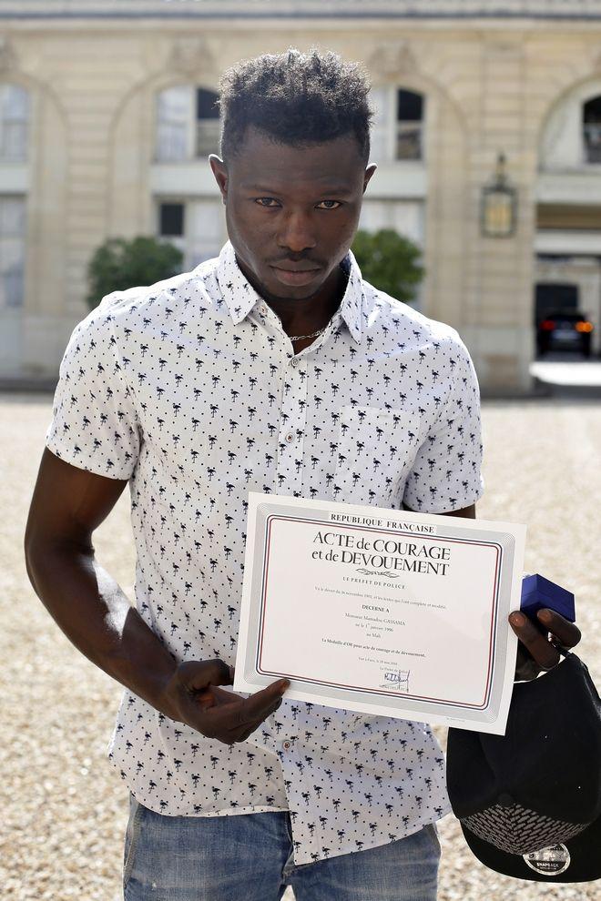 Ο Μαμαντού Γκασαμά, ο νεαρός παράτυπος μετανάστης από το Μαλί που έσωσε ένα παιδί το Σάββατο στο Παρίσι θα πάρει τη γαλλική υπηκοότητα και θα ενταχθεί στην Πυροσβεστική Υπηρεσία