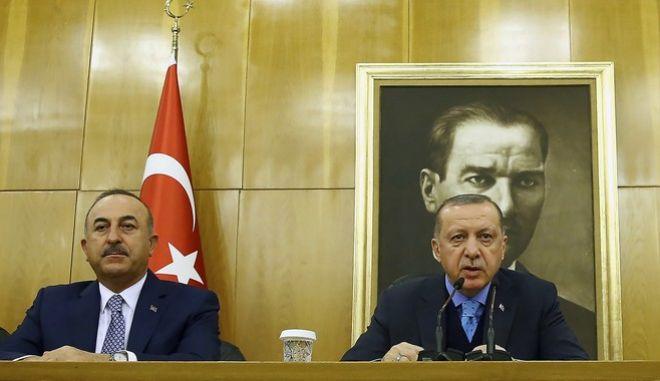 Ο Τούρκος υπουργός Εξωτερικών, Μεβλούτ Τσαβούσογλου, με τον πρόεδρο της Τουρκιας, Ρετζέπ Ταγίπ Ερντογάν