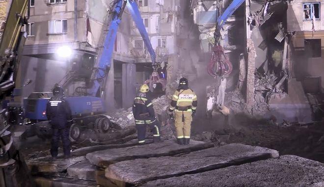 Στιγμιότυπο από τις προσπάθειες των διασωστών στα ερείπια της πολυκατοικίας στο Μαγκνιτιγκόρσκ