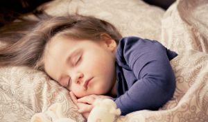Μικρό κορίτσι που κοιμάται.