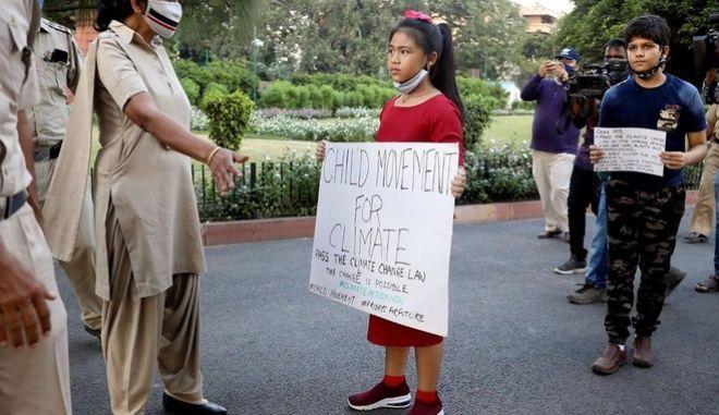 """Ινδία: """"Ο πλανήτης πεθαίνει"""", προειδοποιεί 8χρoνη ακτιβίστρια για το κλίμα"""