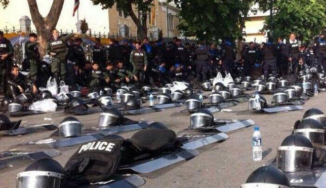 Αστυνομικοί κατέβασαν τις ασπίδες τους σε ένδειξη συμπαράστασης στους διαδηλωτές
