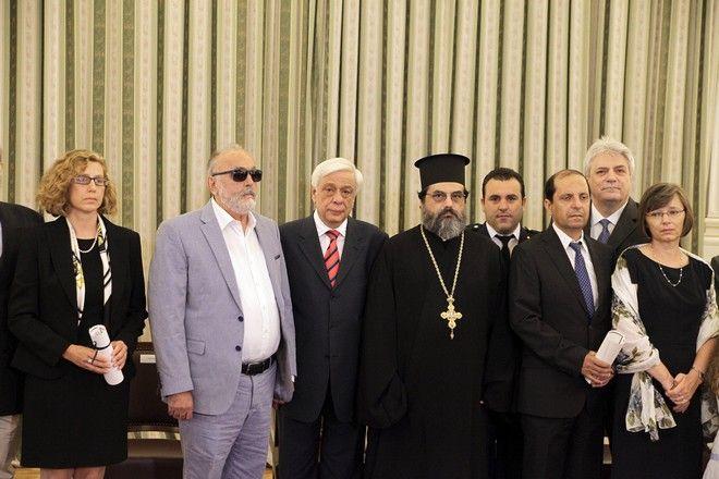 Συνάντηση του Προέδρου της Δημοκρατίας με το νέο Προεδρείο του Εθνικού Οργανισμού Μεταμοσχεύσεων, και εκδήλωση κατά την οποία ο κ. Παυλόπουλος απένειμε τιμητικούς επαίνους στον Πρόεδρο της Ελληνικής Εταιρείας Εντατικής Θεραπείας για τη δράση του στον τομέα της Δωρεάς Οργάνων, σε δύο οικογένειες οι οποίες δώρισαν τα όργανα των παιδιών τους και σε Δότη Μυελού των Οστών, την Παρασκευή 26 Ιουνίου 2015. (EUROKINISSI/ΓΙΩΡΓΟΣ ΚΟΝΤΑΡΙΝΗΣ)