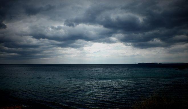 Σύννεφα πάνω από την θάλασσα σε παραλίτ της Αγίας Μαρίνας. (EUROKINISSI/ΣΤΕΛΙΟΣ ΜΙΣΙΝΑΣ)