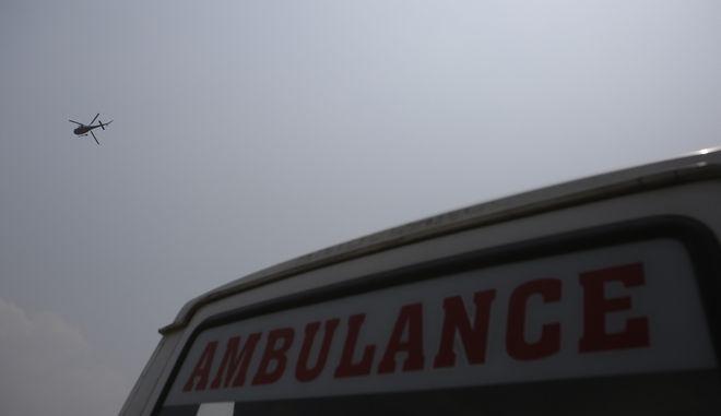Διασωστικό ελικόπτερο και ασθενοφόρο στο Κατμαντού - Φωτογραφία αρχείου