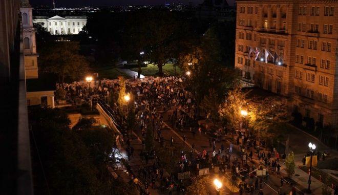 Κόσμος συγκεντρωμένος στην πλατεία Black Lives Matter, κοντά στον Λευκό Οίκο, την βραδιά των εκλογών