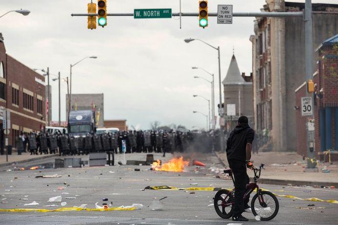 Η Βαλτιμόρη φλέγεται. Οργή λαού και απαγόρευση κυκλοφορίας τη νύχτα για μια βδομάδα