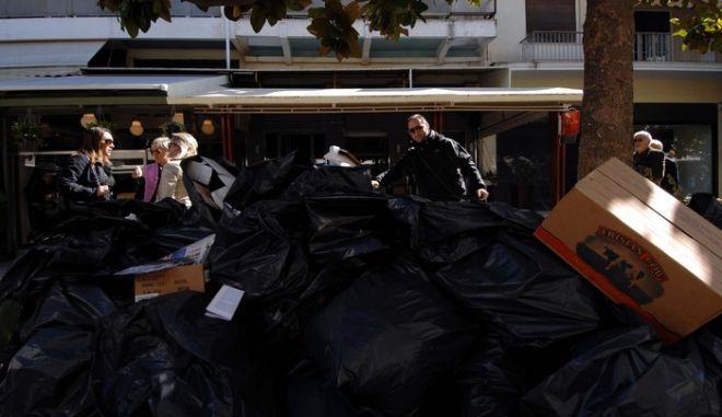 """Μεγαλώνουν ώρα με την ώρα τα """"βουνά"""" από τα σκουπίδια στην πόλη των Τρικάλων, ενώ πριν την Παρασκευή 21 Οκτωβρίου 2011, δεν προβλέπεται η αποκομιδή τους. Μάλιστα μετά την πολιτική επιστράτευση των εργαζομένων στην Περιφέρεια Αττικής, οι εργαζόμενοι στην καθαριότητα του Δήμου Τρικκαίων που είναι και απλήρωτοι, έχουν """"αγριέψει""""β¦ Κανείς δεν μπορεί να προβλέψει τι θα γίνει, αφού η ΠΟΕ-ΟΤΑ, δεν αποκλείεται να εξαγγείλει νέα απεργία την Παρασκευή και σε συνδυασμό με την αποχή που υπάρχει το Σαββατοκύριακο από την εργασία λόγω απλήρωτων υπερωριών, τα σκουπίδια να μαζευτούν, αν μαζευτούν απο τηβ¦ Δευτέραβ¦ (EUROKINISSI // ΘΑΝΑΣΗΣ ΚΑΛΛΙΑΡΑΣ)"""