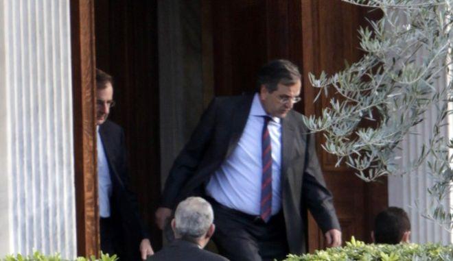 Ο πρωθυπουργός Αντ. Σαμαράς βγαίνει από το Προεδρικό Μέγαρο έπειτα από την αιφνιδιαστική συνάντηση του με τον Πρόεδρο της Δημοκρατίας Κάρολο Παπούλια, το μεσημέρι της Δευτέρας 16 Δεκεμβρίου 2013.  Η συνάντηση που έγινε στο Προεδρικό Μέγαρο δεν είχε προγραμματιστεί και διήρκησε περισσοτερο από μια ώρα. (EUROKINISSI/ΓΕΩΡΓΙΑ ΠΑΝΑΓΟΠΟΥΛΟΥ)