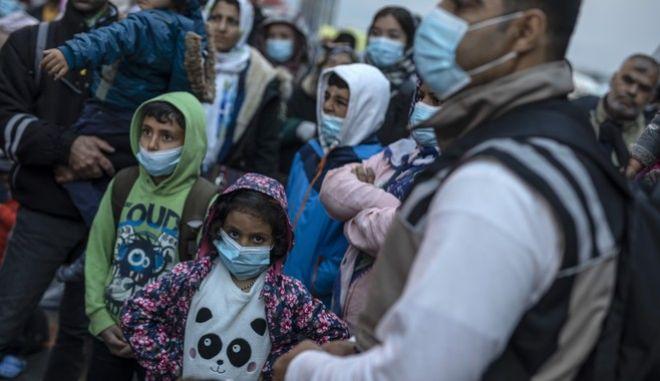 Προσφυγόπουλα με μάσκες στην Ελλάδα (AP Photo/Petros Giannakouris)