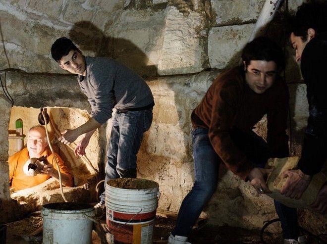 Έφτιαχνε την τουαλέτα του και ανακάλυψε αρχαίο τάφο