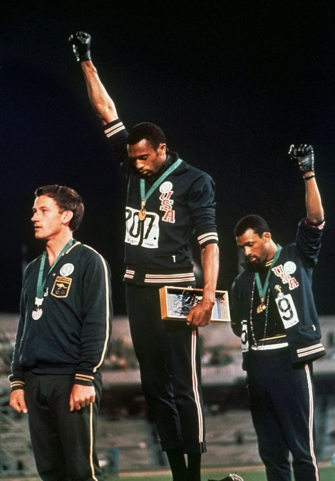 Oι αμερικανοί αθλητές Tommie Smith και John Carlos κατά την απονομή των μεταλείων για τα 200 μέτρα στους Ολυμπιακούς του Μεξικό, 1968