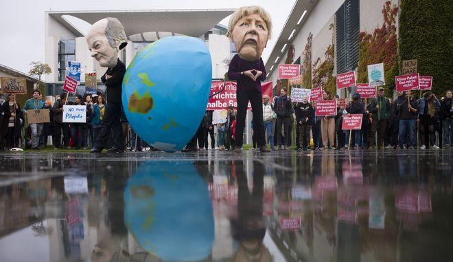 Πορείες για την κλιματική αλλαγή έξω από την καγκελαρία της Γερμανίας