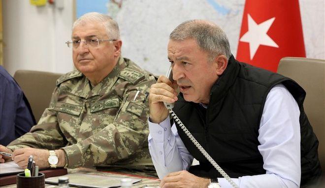 Ο Τούρκος Υπουργός Άμυνας Χουλουσί Ακάρ και δίπλα του ο Αρχηγός του τουρκικού Γενικού Επιτελείου