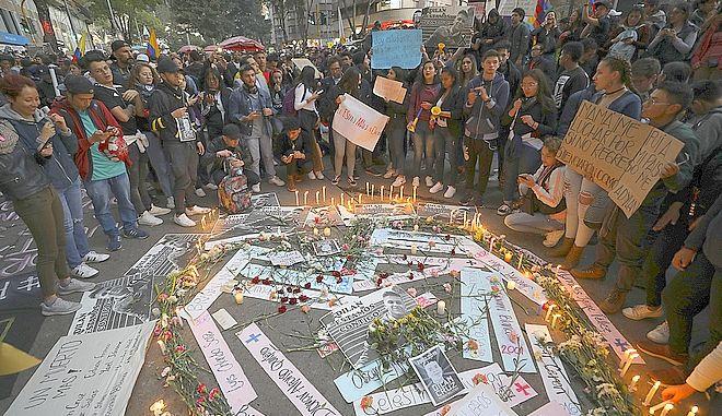 Νέοι θρηνούν στην Κολομβία για το χαμό του Ντίλαν Κρους