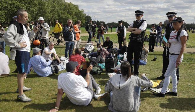 Άνθρωποι μαζεμένοι στο Hyde Park του Λονδίνου