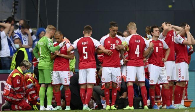 Οι παίκτες της Εθνικής Δανίας γύρω από τον Ερικσεν