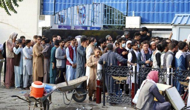 Αφγανοί σχηματίζουν ουρές έξω από τράπεζες