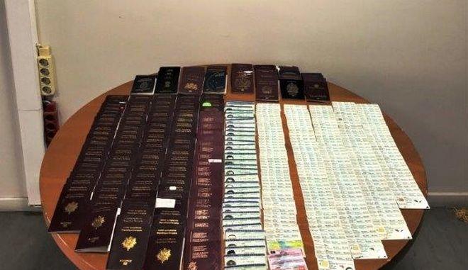 """Τα κλεμμένα διαβατήρια που βρέθηκαν στην κατοχή Ρουμάνας στο αεροδρόμιο """"Ελ. Βενιζέλος"""""""