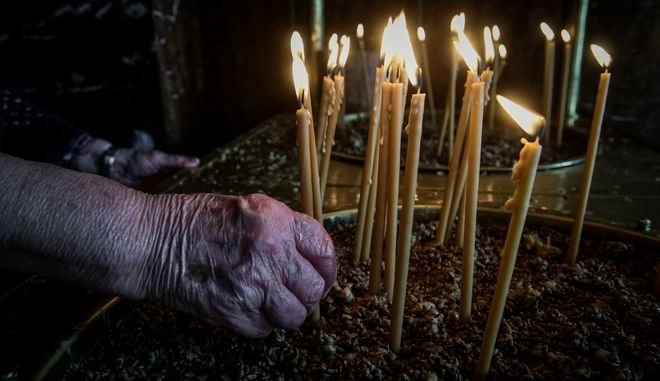 Αναμμένα κεριά στην εκκλησία