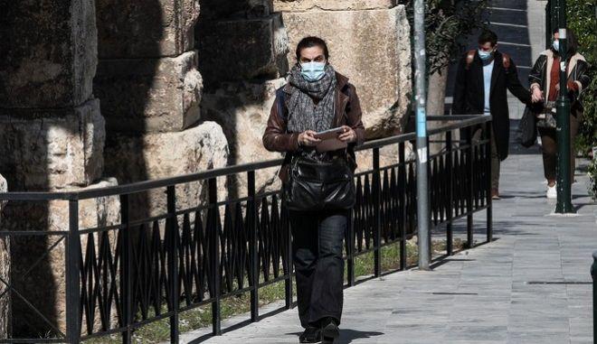 Άνθρωποι με μάσκα στο Μοναστηράκι