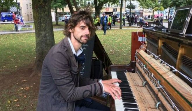 Έδειραν τον μουσικό που ορκίστηκε να παίζει πιάνο μέχρι να γυρίσει η πρώην του