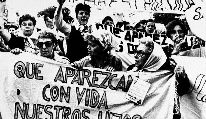 """Στιγμιότυπο από συγκέντρωση της ένωσης """"Μητέρες της Πλατείας Μαΐου"""" στην Αργεντινή, το 1983"""