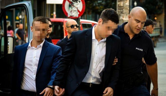 Οι κατηγορούμενοι προσέρχονται στο δικαστήριο