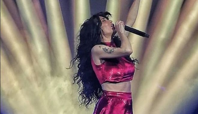 """Βίντεο: Η Πάολα ήταν """"φωτιά στα κόκκινα"""" στην πρεμιέρα της"""
