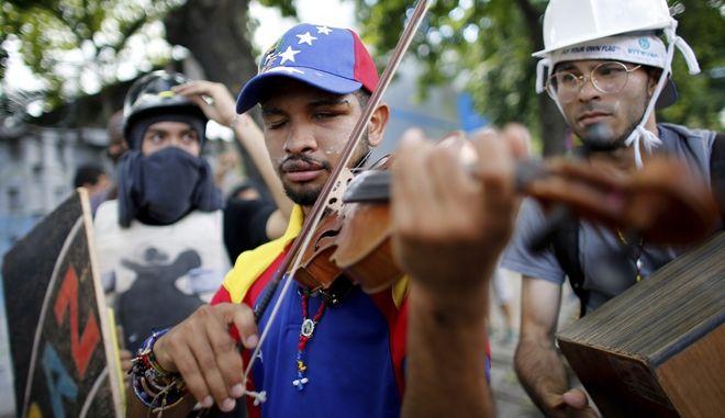 Αφέθηκε ελεύθερος ο νεαρός βιολιστής - σύμβολο των διαδηλώσεων στη Βενεζουέλα