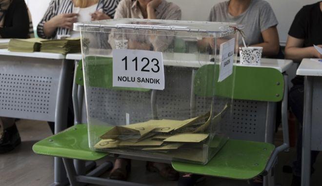 Κάλπη σε εκλογικό κέντρο στην Άγκυρα