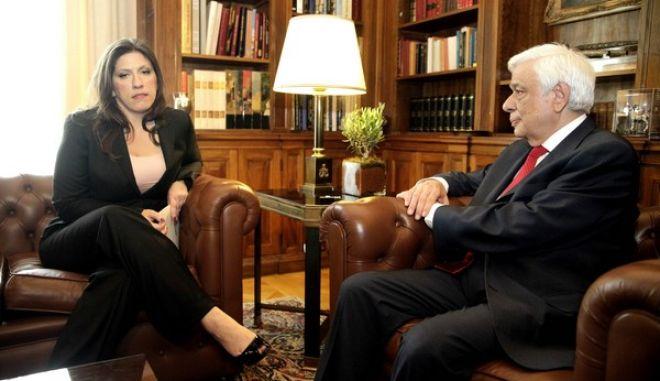 Η πρόεδρος της Βουλής, Ζωή Κωνσταντοπούλου, παραδίδει το πόρισμα της Επιτροπής Αλήθειας Δημόσιου Χρέους, στον Πρόεδρο της Δημοκρατίας, Προκόπη Παυλόπουλο, την Δευτέρα 22 Ιουνίου 2015, στο Προεδρικό Μέγαρο. (EUROKINISSI/ΓΙΩΡΓΟΣ ΚΟΝΤΑΡΙΝΗΣ)