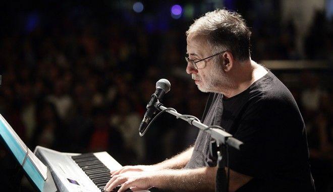 Ο Θάνος Μικρούτσικος σε συναυλία στην Αθήνα