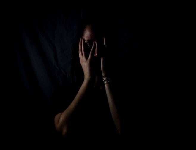 Σύμφωνα με την κλινική ψυχολόγο, Εύη Καραγεώργου, το βασικό στοιχείο κάποιου που διαχωρίζει τους ανθρώπους σε ανώτερους και κατώτερους είτε έχει να κάνει με το φύλο, τη σεξουαλική ταυτότητα, το χρώμα του δέρματος, είναι πως ο ίδιος είναι φοβικός.