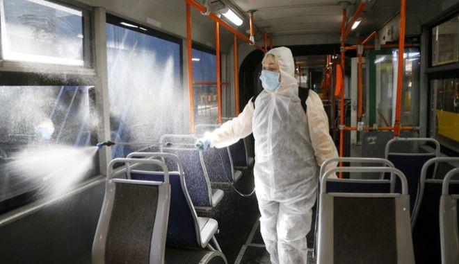 Απολύμανση σε λεωφορείο στην Ουκρανία
