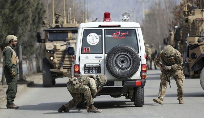 Στρατιώτες του ΝΑΤΟ στο σημείο όπου έγινε η επίθεση στην Καμπούλ
