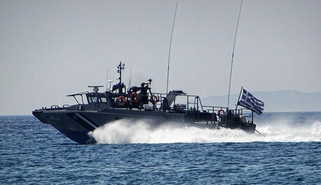 Σκάφος του Λιμενικού Σώματος πλέει σε θαλάσσια περιοχή στην Κέρκυρα. (EUROKINISSI/ΓΙΩΡΓΟΣ ΚΟΝΤΑΡΙΝΗΣ)