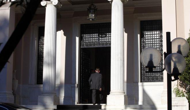 Λίγα λεπτά μετά τις 18.00 της Τετάρτης 19 Ιουνίου 2013, ξεκίνησε η κρίσιμη σύσκεψη των πολιτικών αρχηγών με κεντρικό ζήτημα το μέλλον της Δημόσιας Τηλεόρασης.  Οι κ.κ. Βενιζέλος και Κουβέλης προσήλθαν στο Μαξίμου με αντιπροτάσεις επί της πρότασης του κ. Σαμαρά για τη Δημόσια Τηλεόραση. Στο στιγμιότυπο υπουργός Οικονομικών Γιάννης Στουρνάρας εισέρχεται στο Μέγαρο Μαξίμου. (EUROKINISSI/ΓΙΩΡΓΟΣ ΚΟΝΤΑΡΙΝΗΣ)