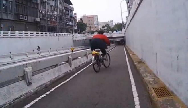 Η τούμπα της συμφοράς: Ο μεθυσμένος ποδηλάτης δίνει ρέστα
